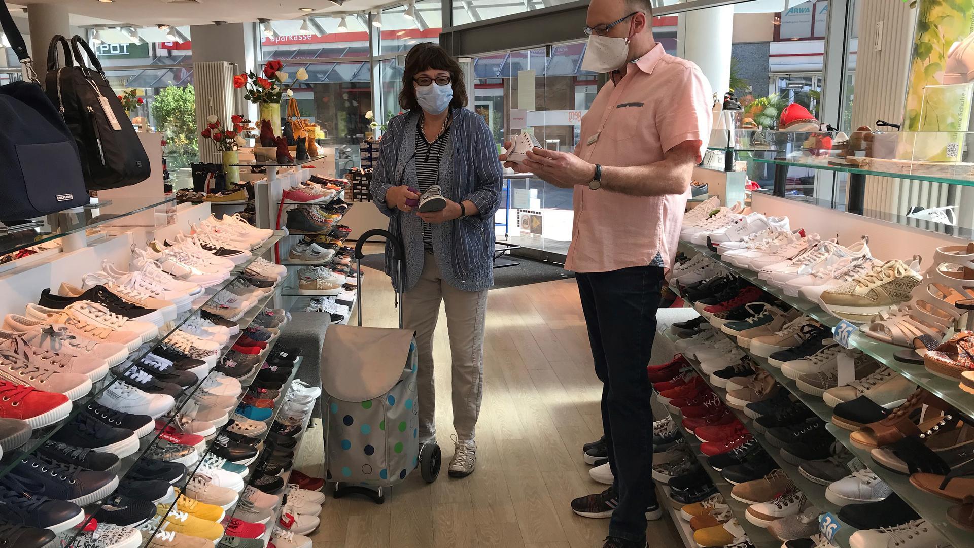 Im Schuhhaus Berg in Bruchsal kann ebenfalls wieder geshoppt werden. Maximal neun Kunden dürfen gleichzeitig im Laden sein. Beim beraten tragen die Angestellten einen Mundschutz.