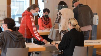 Viel Andrang: Nicht nur vor dem Acherner Rathaus war am Wochenende einiges los. Vor dem Wahllokal bildeten sich oft kleinere Schlangen.