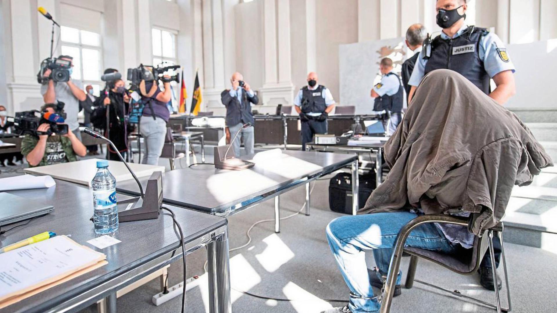 Großes Medieninteresse: Der Angeklagte sitzt während des Prozessauftakts um die Gewalttat in Rot am See mit sechs Toten am 24. Januar 2020 vor dem Landgericht Ellwangen im Gerichtssaal.