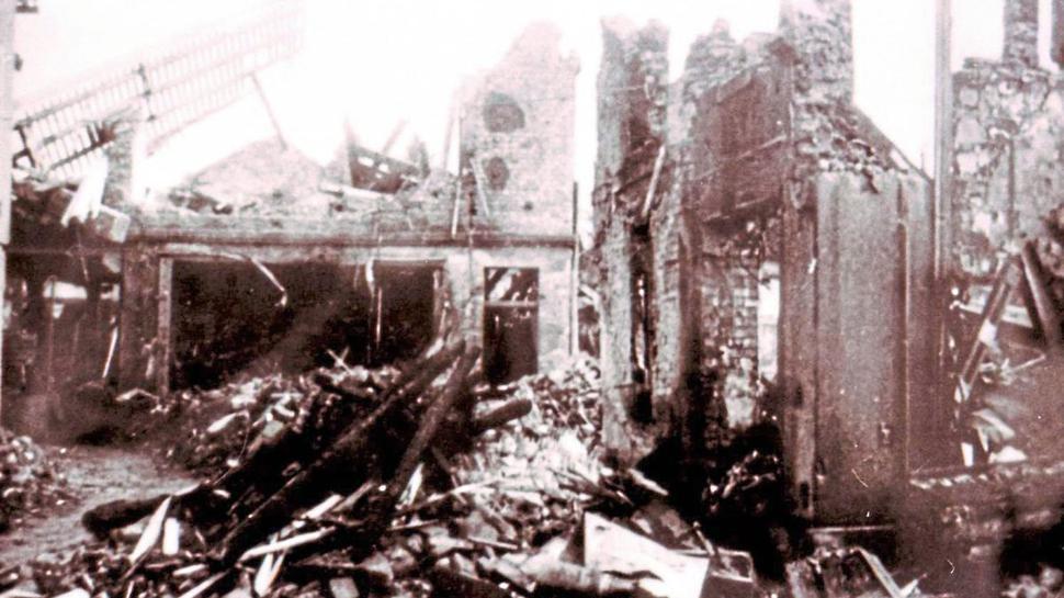 Im Keller der völlig zerstörten Stuhlfabrik Meder im Stadtzentrum hatten viele Menschen Schutz gesucht.