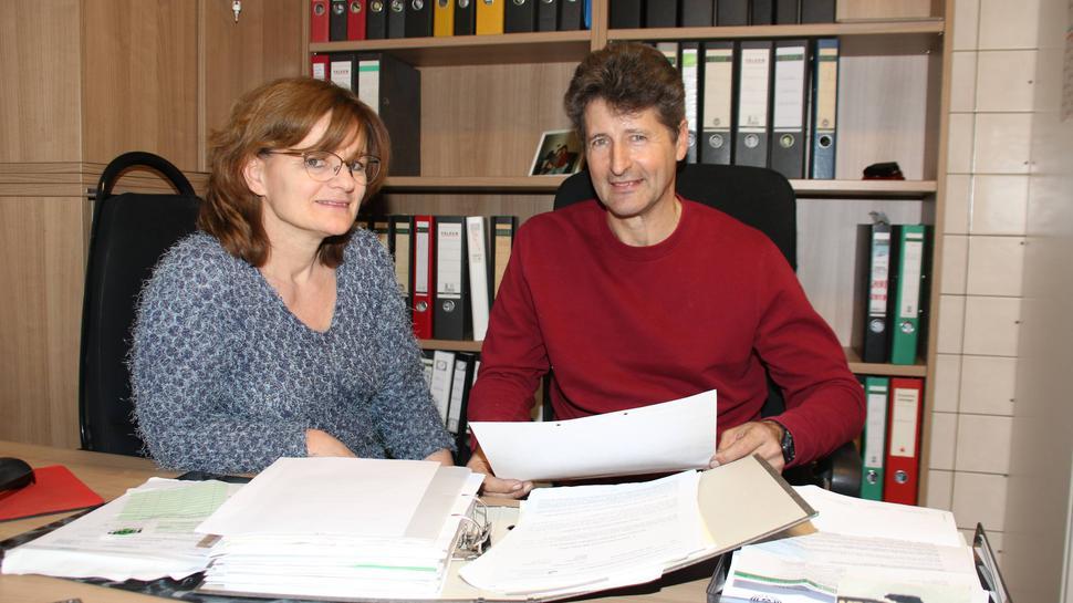 Zahlreiche Vorschriften und Gesetze lassen bei Claudia und Hans Peter Doll die Ordner stapeln.