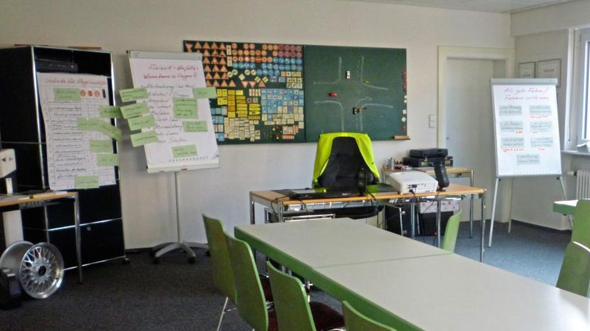Leere Stuhlreihen gibt es vorerst wie hier in der Acherner Fahrschule Nock: Weder Unterricht noch Prüfungen sind in den Fahrschulen momentan möglich.