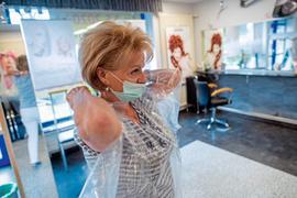 Große Herausforderungen: Ohne Mundschutz geht auch in Salons vorerst nichts mehr. Es gibt aber noch viele weitere Vorschriften.