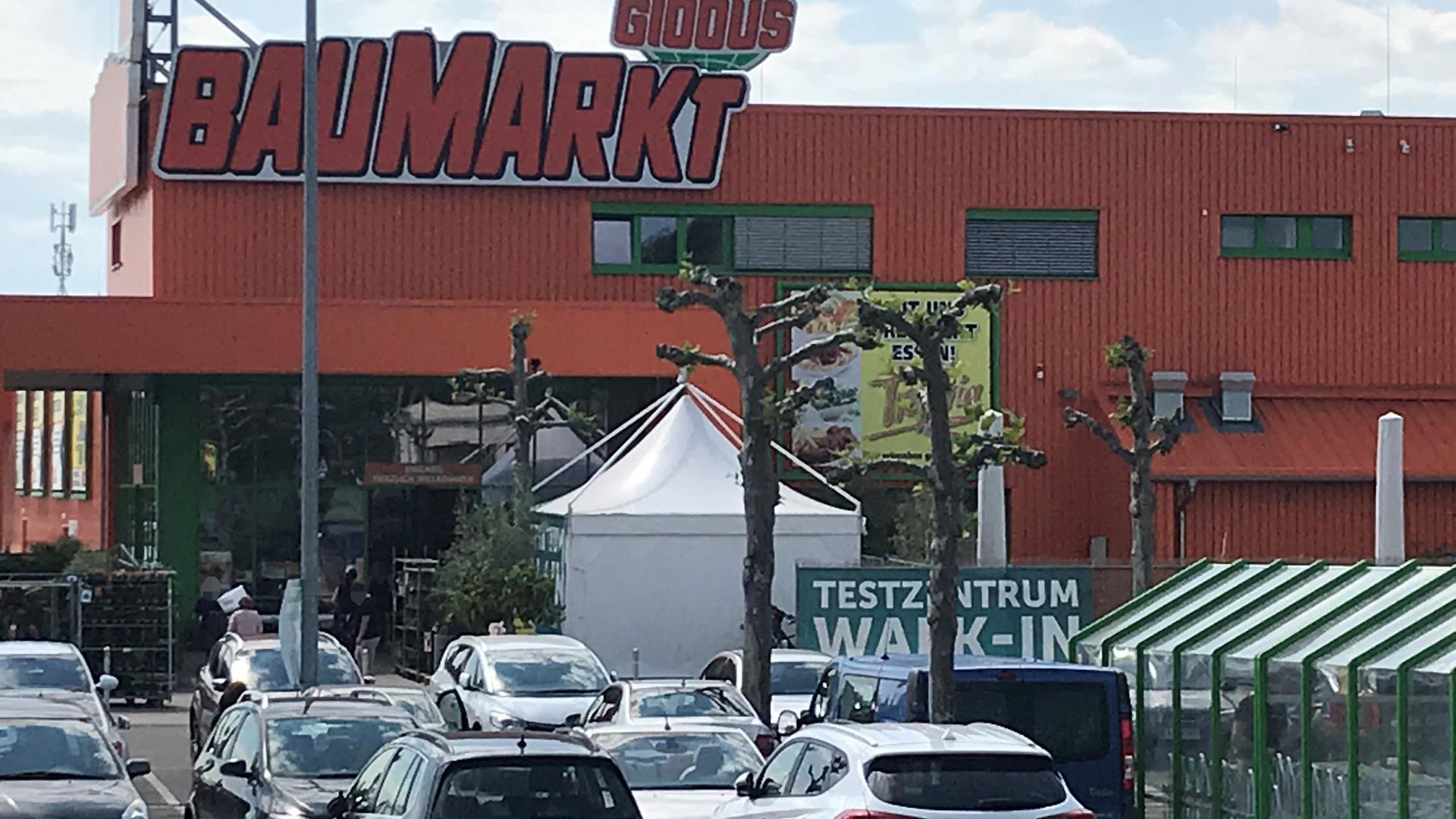 Das Zelt des Testzentrum am Globus Baumarkt in Achern war am Mittwoch noch aufgebaut. Bereits am Montag unterband die Polizei den Betrieb.