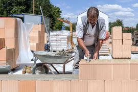 Hunderte von Neubauten werden jedes Jahr im Ortenaukreis beantragt. Doch nicht immer gibt es auch eine Genehmigung. Wer trotzdem anfängt zu mauern, muss mit einem Bußgeld von bis zu 100.000 Euro rechnen - und mit dem Abriss. Foto: Michael Brück