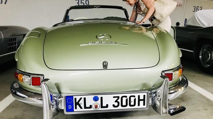 Ein schöner Rücken kann auch entzücken: Ein 300 SL Roadster im seltener Hellgrün-Metalliclackierung.