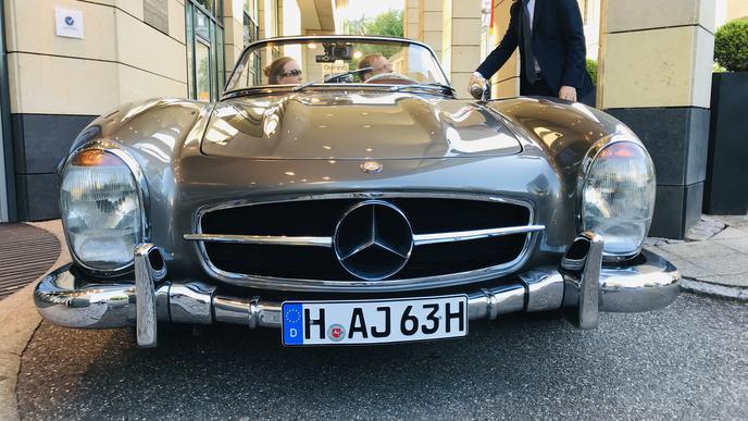 Willkommen in Baden-Baden: Ein 300 SL Roadster fährt am Hotel vor.