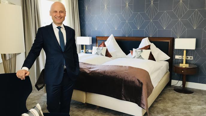 Hier kann man sich wohlfühlen: Hotelchef Peter Pusnik in einem frisch sanierten Zimmer.