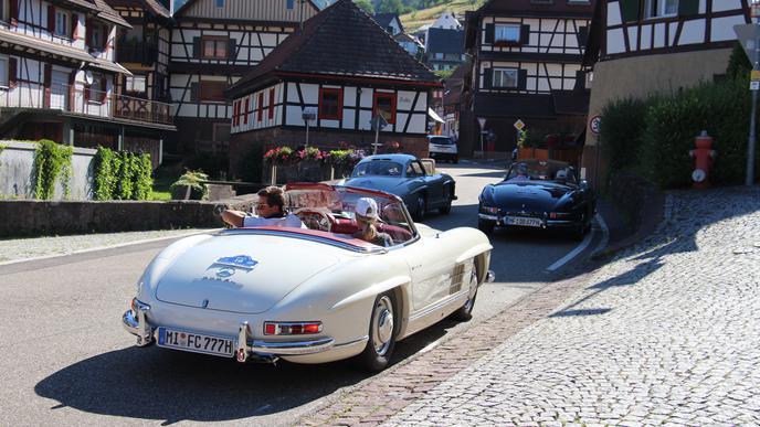 Fahren und genießen: Teilnehmer des Mercedes-Benz 300 SL-Jahrestreffens bewundern die Fachwerkhäuser im Gernsbacher Höhenstadtteil Reichental.