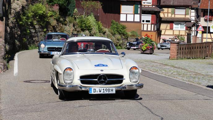 Einer schöner als der andere: Mercedes-Benz 300 SL rollen durch Gernsbach-Reichental.