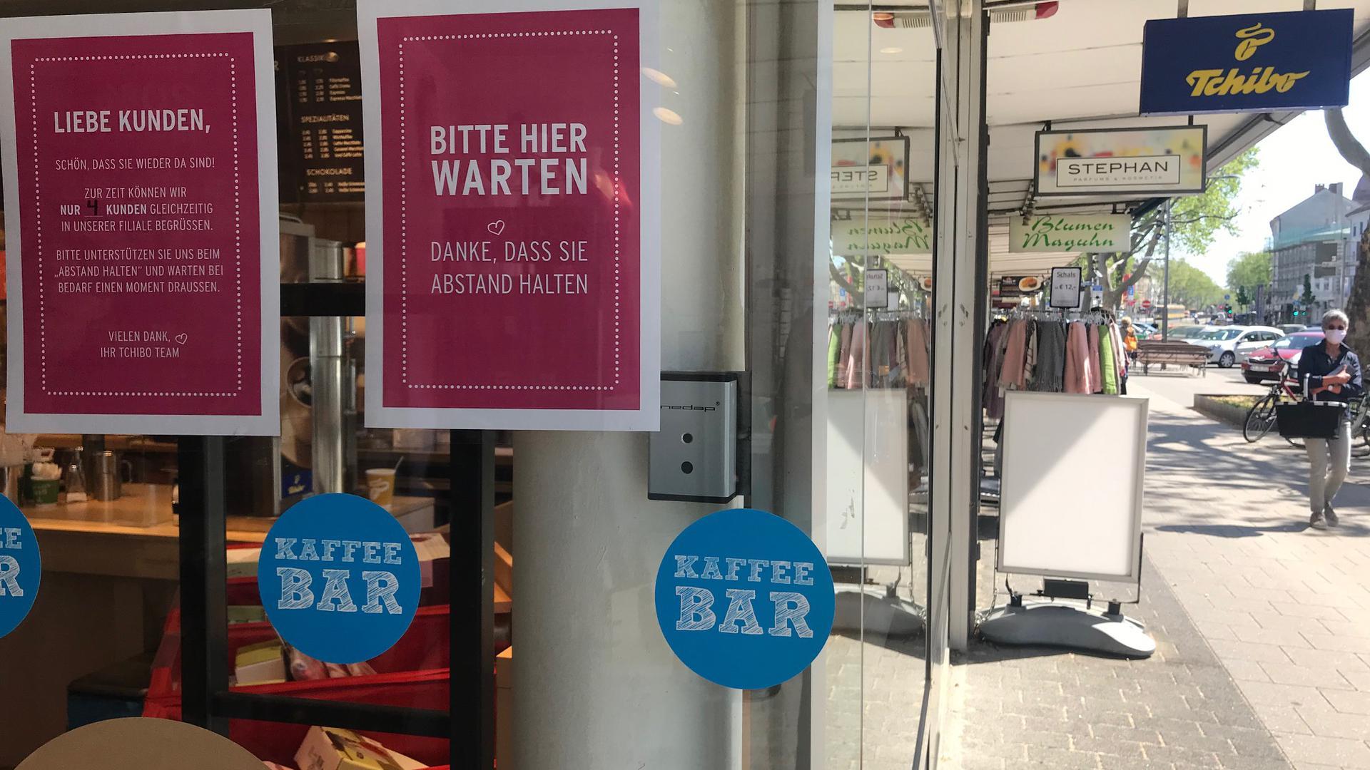 Einzelne Geschäfte haben unter strengen Vorschriften wieder geöffnet. In den Tchibo in Mühlburg dürfen maximal vier Kunden.