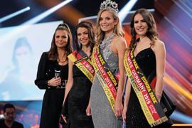 Nadine Berneis mit der Zweitplatzierten Miss Hamburg, Pricilla Klein (rechts), Dritte wurde Anastasia Aksak aus Sachsen (Zweite von links). Ganz links steht Moderatorin Laura Wontorra.
