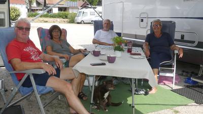 Von links Dieter und Silvia Wilke sowie Norbert und Elisabeth Walleinwein vor ihren Wohnmobilen in Sasbachwalden