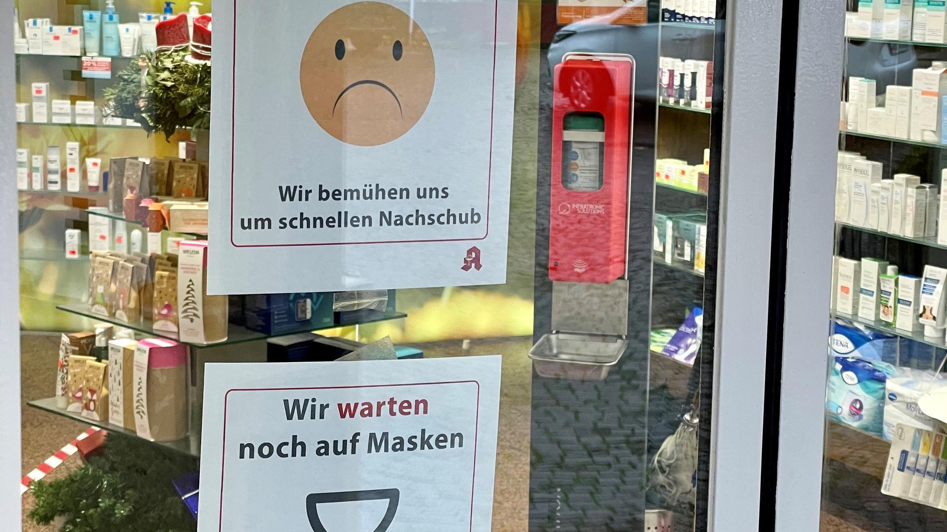 Eingangstür einer Apotheke mit Hinweisschild