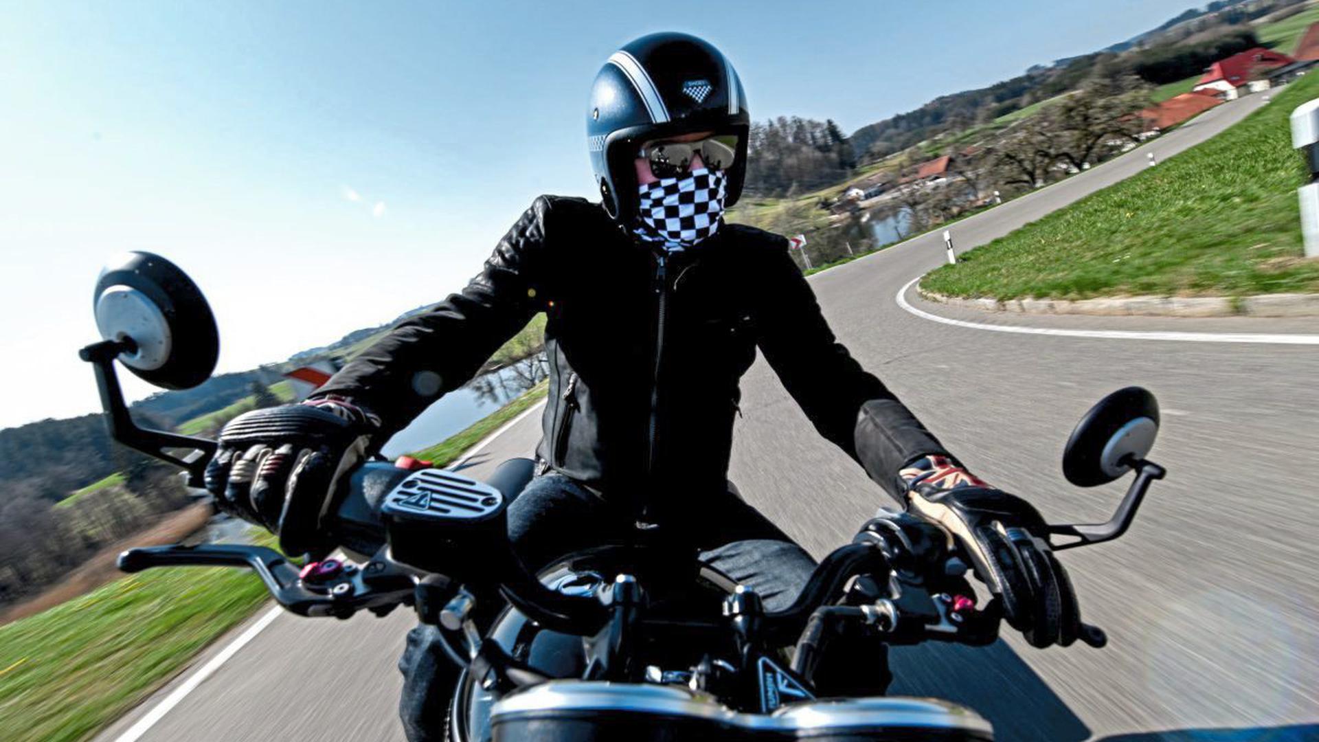 Gedämpfte Vorfreude: Motorradfahrer dürfen momentan nicht in Gruppen auf ihre Maschine steigen.
