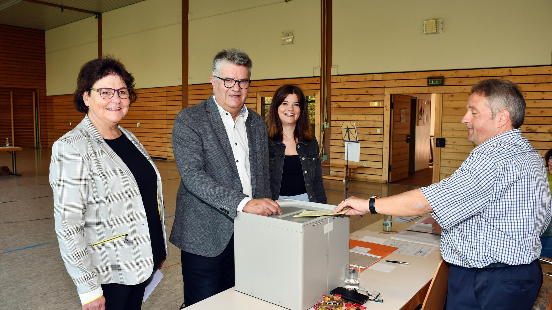 Oberbürgermeister Hubert Schnurr gibt seine Stimme ab. Bei der Bürgermeisterwahl in Bühl war er der einzige Kandidat.