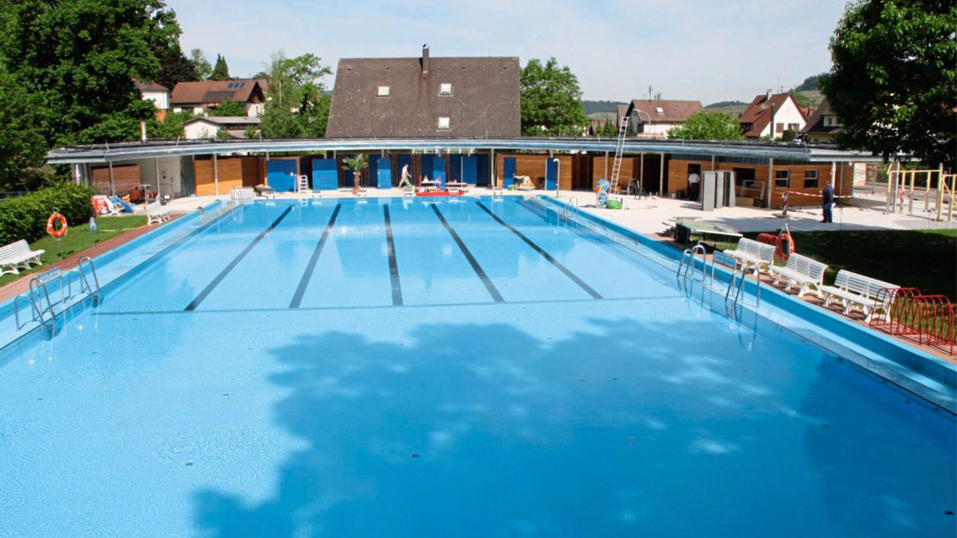 Das beheitzte Schwimmbad Kappelrodeck: Noch ist das Becken leer, bald tummeln sich hier wieder die Schwimmer.