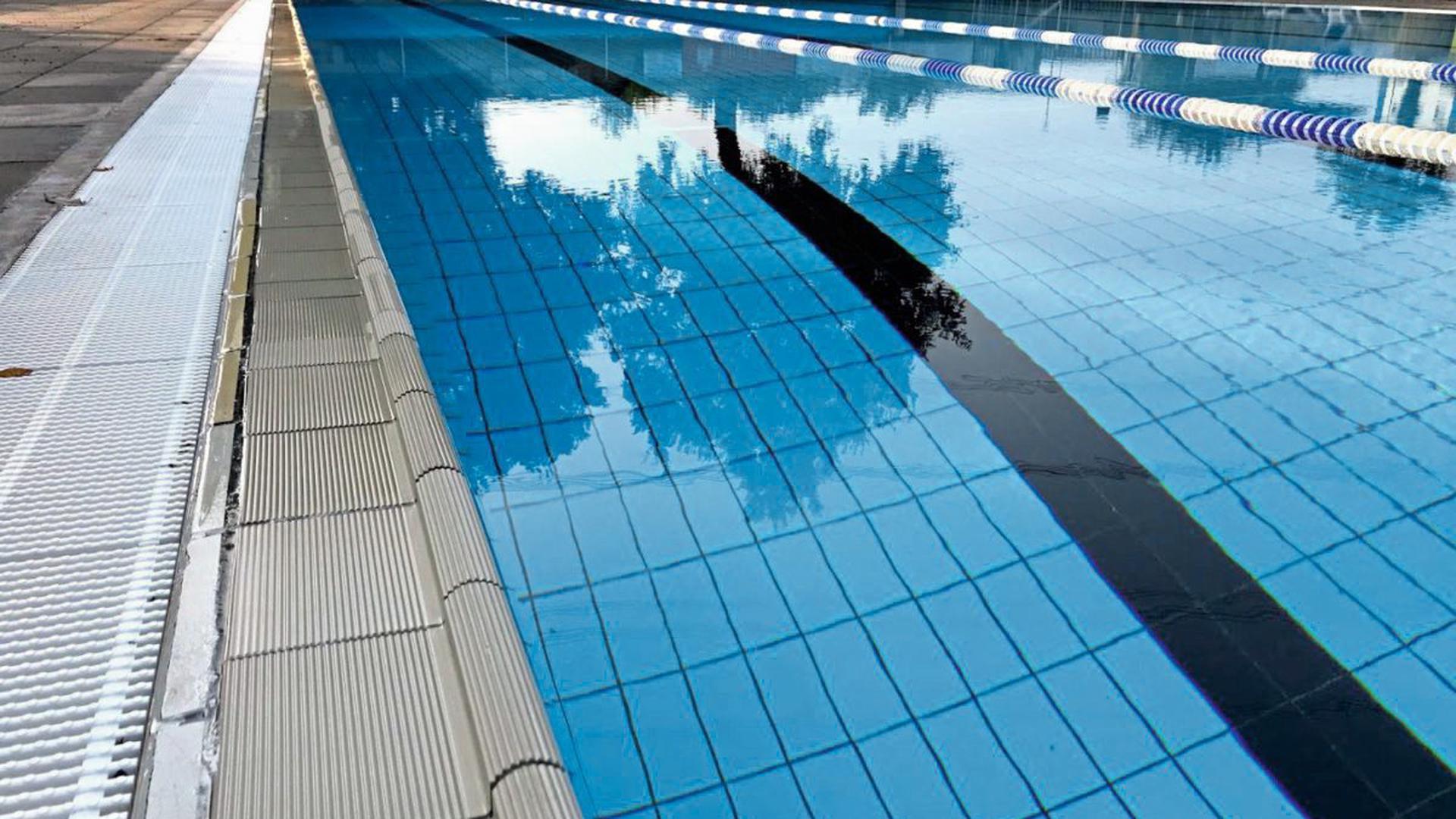 Sonnenbad Karlsruhe: Schattenspiel im Schwimmerbecken.