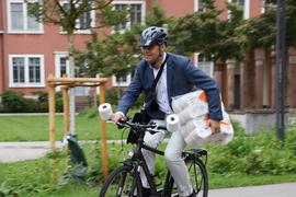 Alles im Griff: Auch auf dem Fahrrad meisterte Acherns Oberbürgermeister Klaus Muttach die Klopapier-Challenge. Bürgermeister Stefan Hattenbach aus Kappelrodeck hatte ihn dazu herausgefordert.