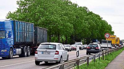 Ganz schön voll: Mehrere tausend Pkw und über einhundert schwere Lkw passieren täglich die enge Vimbucher Ortsdurchfahrt.