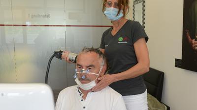 Ärztin Sabine Spieker behandelt Rentner Hans-Friedrich Kaiser (70) mit der Stoßwellentherapie.
