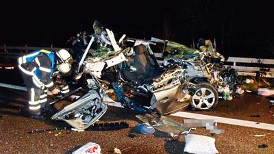 Bei dem schweren Verkehrsunfall auf der A5 kollidierten drei Autos und zwei Lkws. Zwei Personen wurden verletzt.