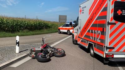 Polizei und Rettungskräfte sind am Unfallort zwischen Sasbachried und Großweier im Einsatz.