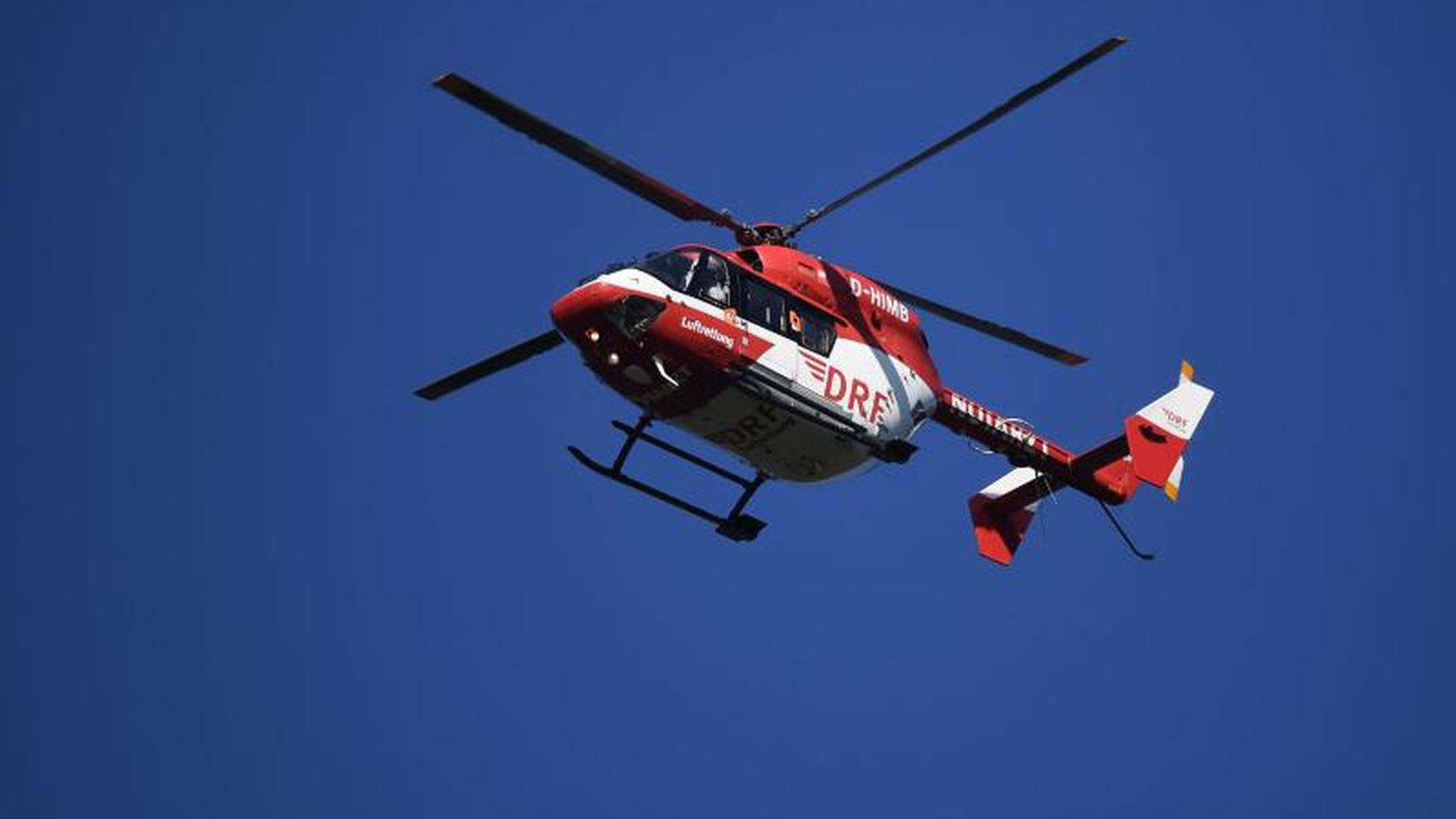 Rettungshubschrauber fliegt durch die Luft