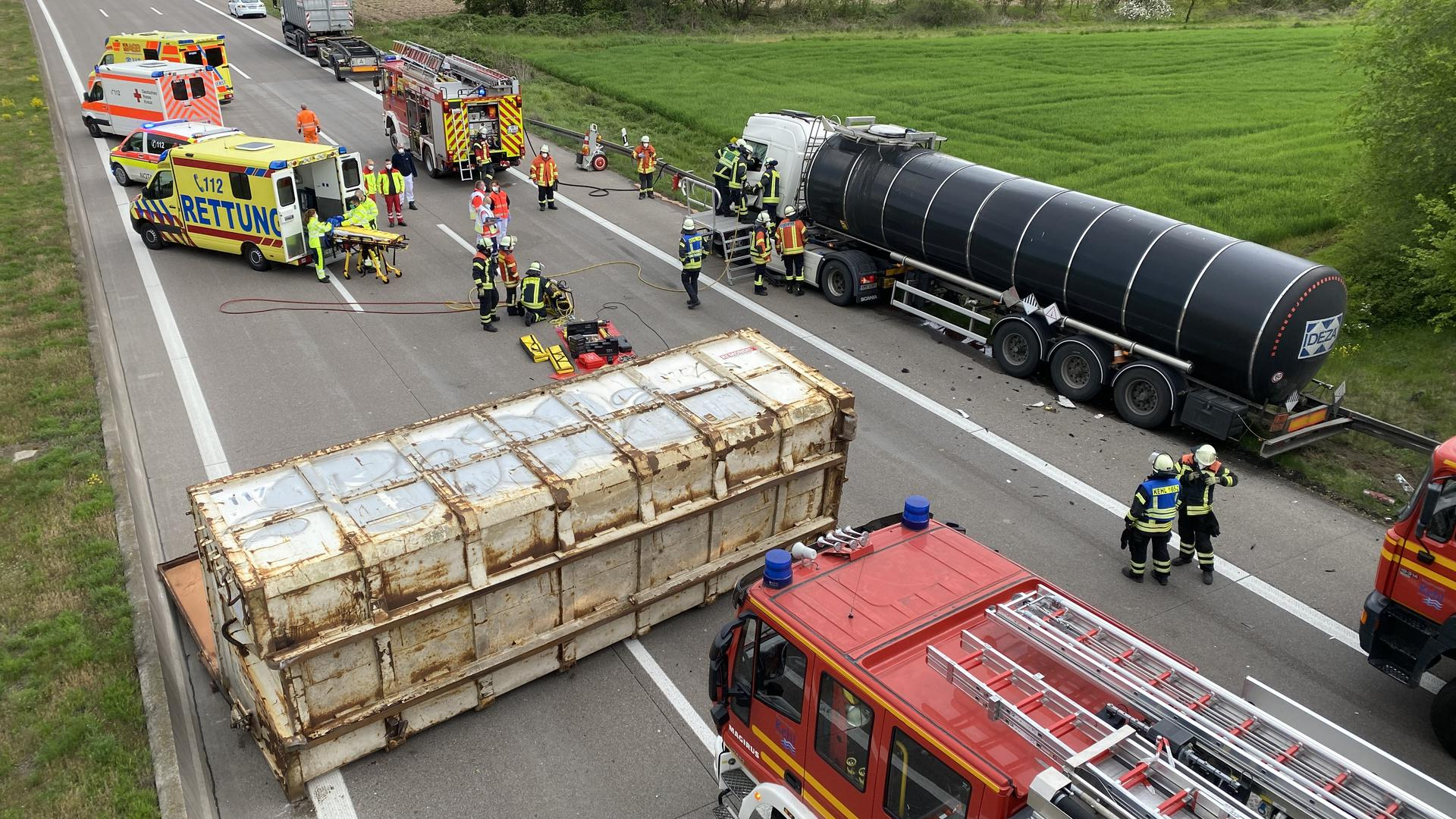 Die A5 ist bei Appenweier gesperrt worden, nachdem ein Gefahrgut-LKW (rechts) auf einen weiteren Lkw aufgefahren war. Ein Container stürzte bei der Kollision auf die Fahrbahn