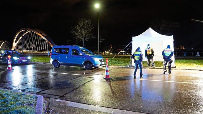 Autofahrer aus Straßburg werden an der Grenze in Kehl überprüft.
