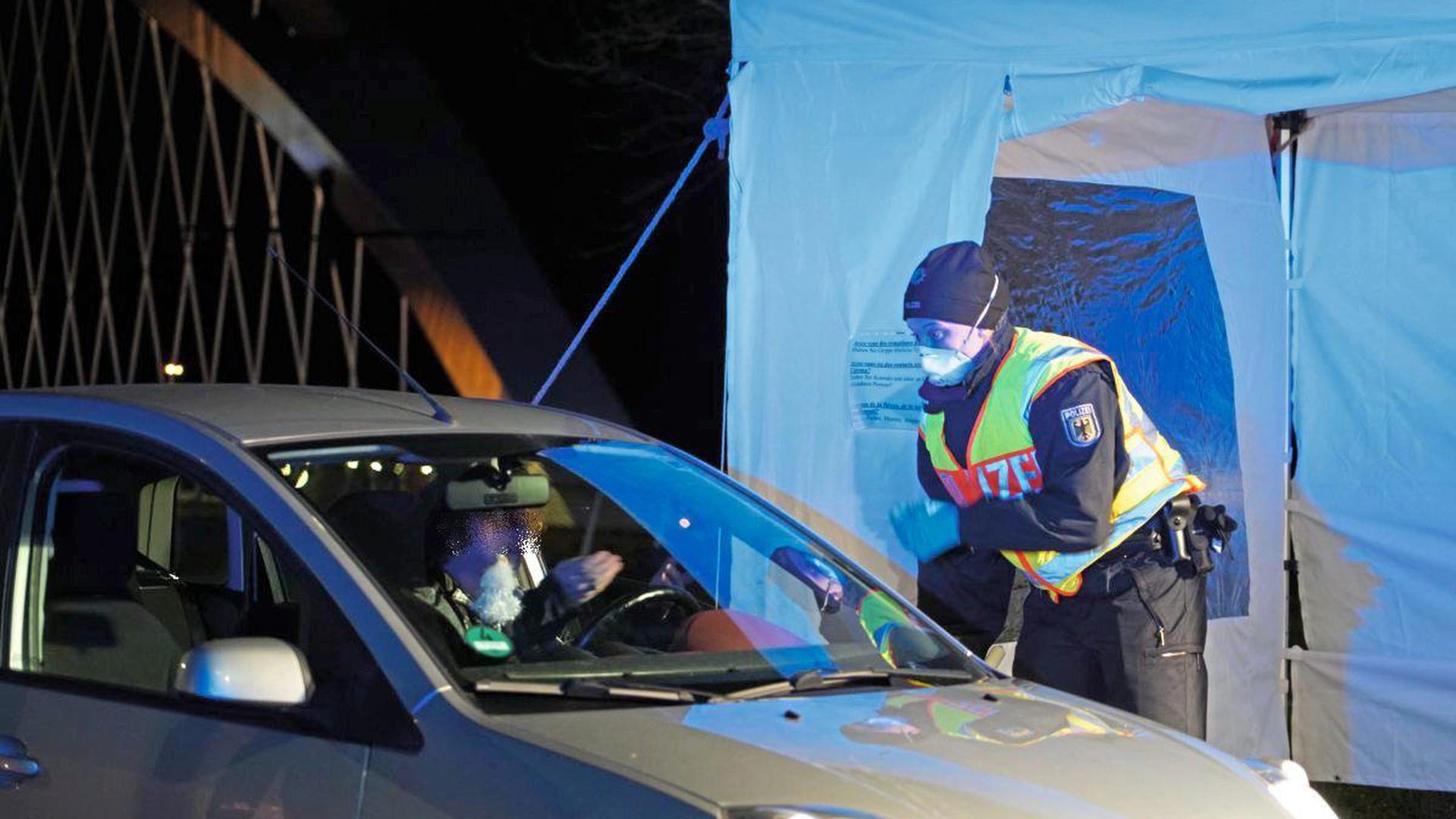 Autofahrer aus Straßburg werden am Donnerstagabend an der Grenze in Kehl überprüft.