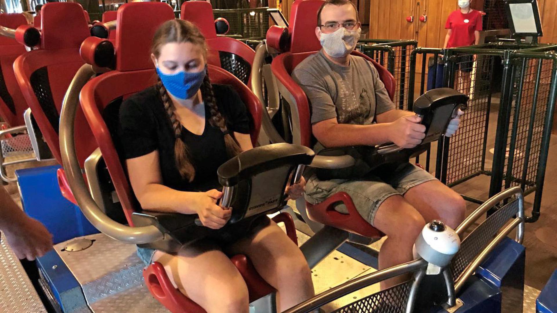 """Sophie Eisele und Stefan Zimmer aus Lauf vor der Fahrt mit Maske in der Achterbahn """"Blue Fire""""."""