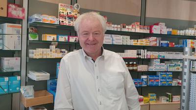 Mann in einer Apotheke