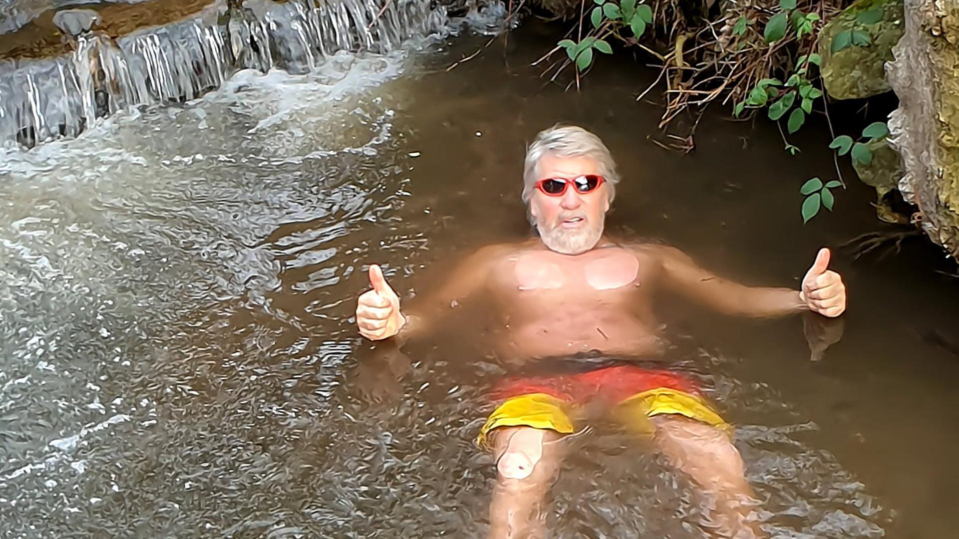 Ab in den Bach: Vor seinem Haus in Gengenbach hat sich Hans-Dieter Rahner dem Anbaden gestellt. Er organisiert normalerweise das Neujahrsschwimmen in Linx.