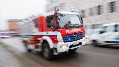 Ein Fahrzeug der Feuerwehr fährt durch die Innenstadt.