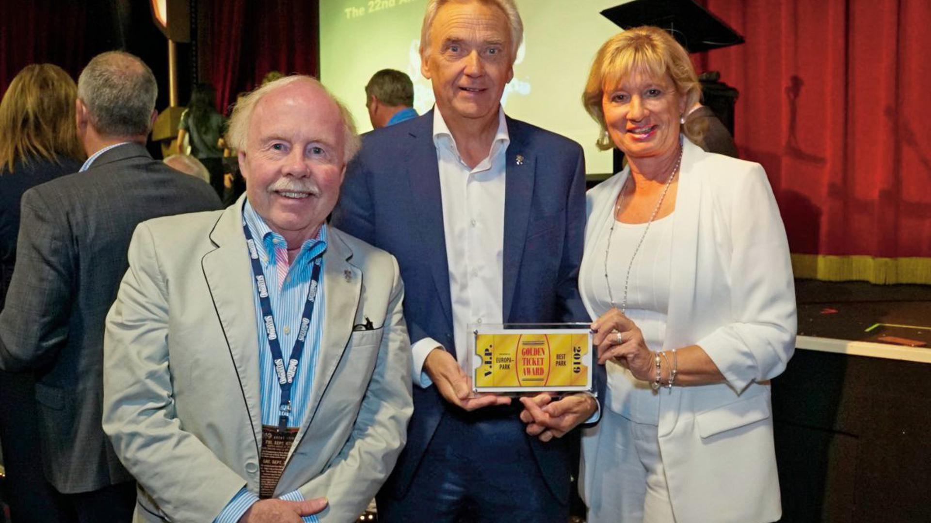"""Der ehemaligen Präsidenten des Weltverbandes der Freizeitindustrie (IAAPA) James """"Chip"""" Cleary zusammen mit Europa-Park Inhaber Jürgen Mack sowie seiner Ehefrau Mauritia."""