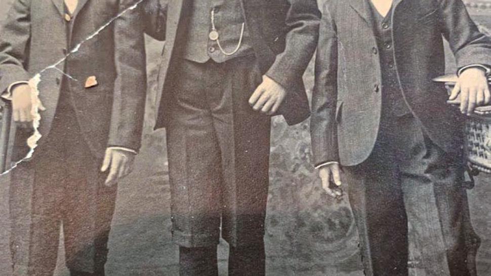 Die Brüder Paul (links), John (Mitte) und William Ell. Paul wird zwei Jahre nach der Katastrophe bei einem Unfall getötet. Er wird nur 14 Jahre alt.
