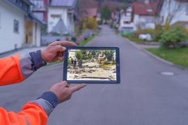 """Straße mit Geschichte: Nach einem Unwetter lag der """"Besenstiel"""" 2014 in Trümmern. Der Name hat mit dem extremen Verlauf zu tun - hier geht es mit einer Steigung von ungefähr 15 Prozent nach oben."""