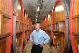 Mann im Weinkeller
