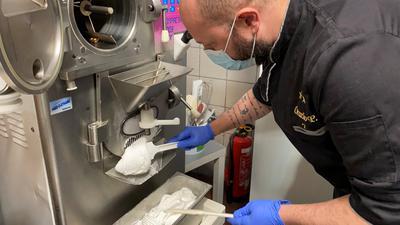 Orazio Puccio stellt Zitronensorbet her.