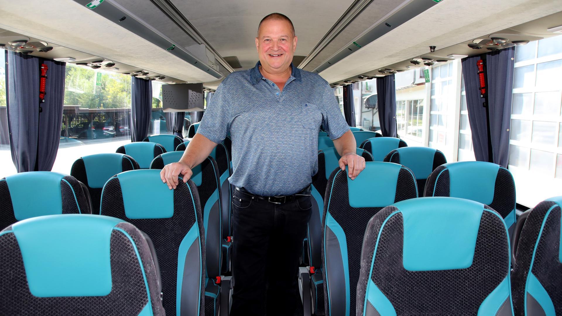 Die Busunternehmen haben im Sommer mimt ersten touristischen Fahrten wieder begonnen und alle hoffen, dass die Rettungsschirme die Busse wieder auf Touren bringen – hier Thomas Pfeifer von Euro Tours aus Waldulm in einem seiner zehn Busse.