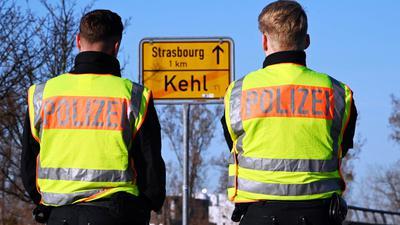 Am deutsch-französischen Grenzübergang in Kehl stehen zwei Beamte der Bundespolizei.