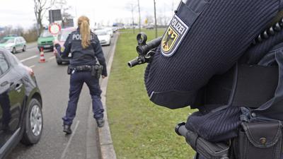 """ARCHIV - Nach dem Terroranschlag auf das französische Satiremagazin """"Charlie Hebdo"""" kontrollieren deutsche Polizeibeamte am 08.01.2015 in Kehl an der Europabrücke die aus Frankreich kommenden Reisenden. Foto: Winfried Rothermel/dpa (zu dpa """"Kretschmann stellt Programm zur Terror-Abwehr vor"""" vom 04.02.2015) +++ dpa-Bildfunk +++"""
