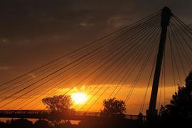 Eine Brücke vor der untergehenden Sone