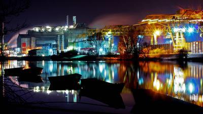 Stahlwerk in der Nacht.