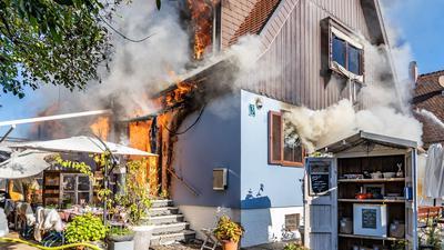 Ein Haus in der Endstraße in Kehl brennt.