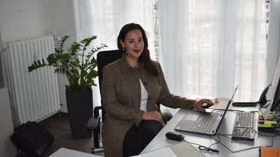 Die 39-jährige Jannate Hammerstein kümmert sich im Auftrag der Stadt Kehl um auffällige Kinder und Jugendliche., sie sitzt an ihrem Schreibtisch.