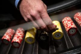 Ein Croupier hält in der Spielbank Stuttgart während eines Pressetermins Jetons in der Hand.