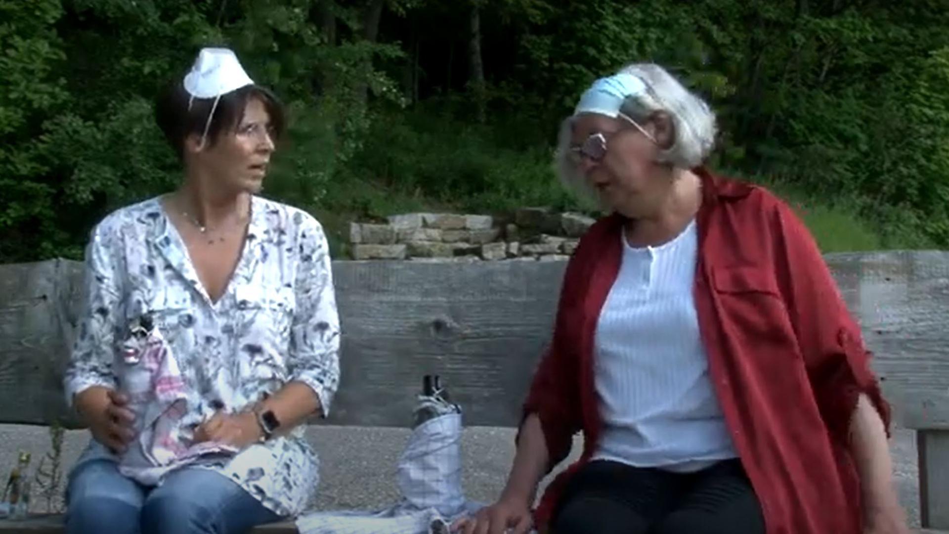 """Abstand muss sein: Monika (Bianca Linz, links) und Christa (Gabi Dinger) treffen sich """"uff da Bonk"""" und leeren dort so manche Flasche."""