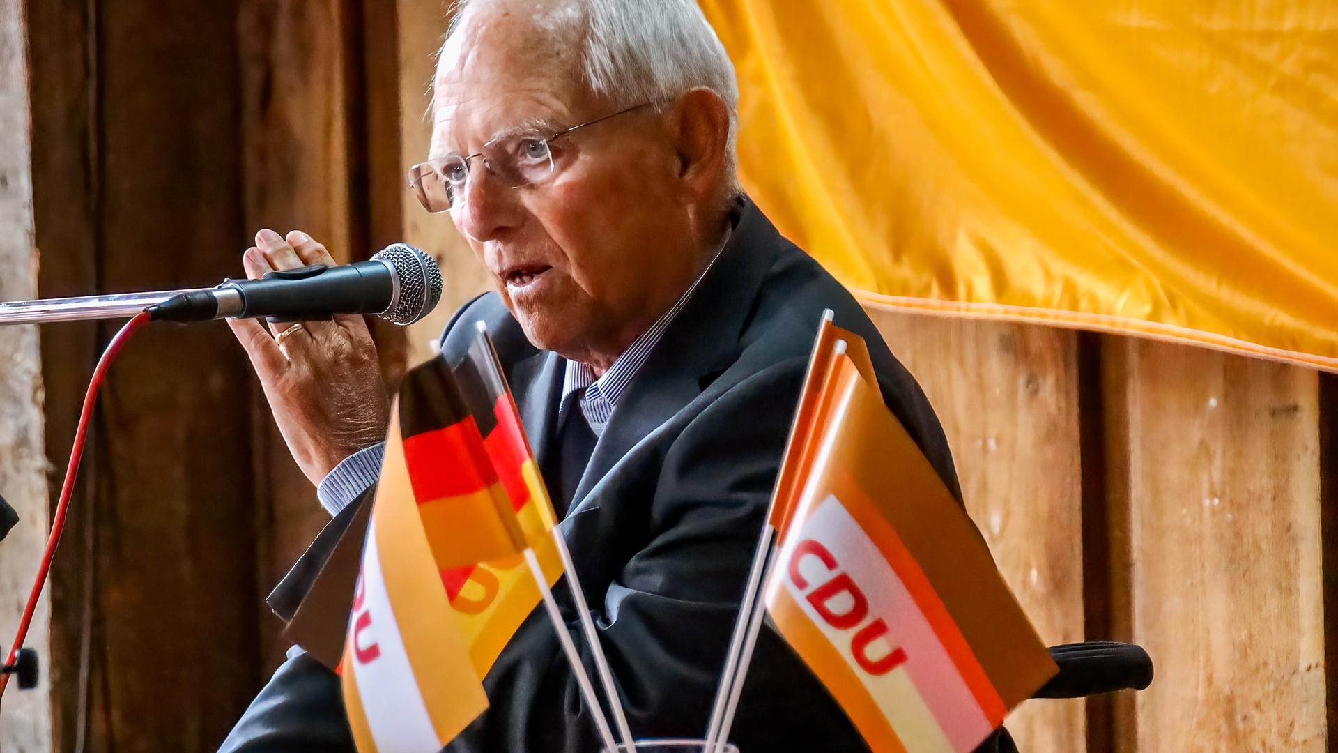 Wolfgang Schäuble beim Auftakt des Wahlkampfes im Obsthof von Franz Josef Müller in Zusenhofen.